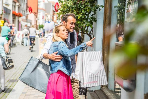 Shopping_Neustadt_Paar_Schaufenster